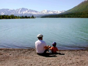 Fathers day father with kid on lake 570x398 300x225 Il ruolo del padre